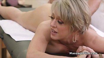 Adolescent jantes masseur pendant quil...