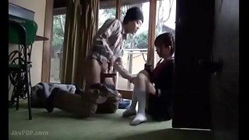 貧乳ロリ女子が丸裸でプールサイドでお互いの乳首を弄り回すの校生系動画
