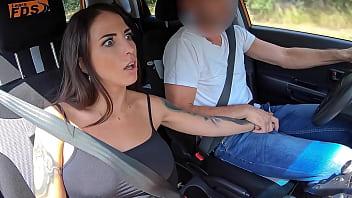 '... und das ist der Schalthebel ...' - Vollbusige Latina-Studentin, die von ihrem Lehrer im Auto gefickt wird