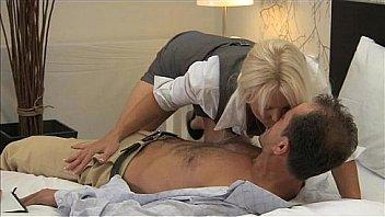 MAMAN Blonde aux gros seins de MILF a de multiples orgasmes