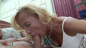 She wants a cock in her mature cunt !