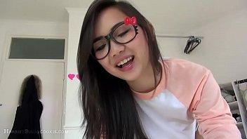 Hermosa asiática hace oral