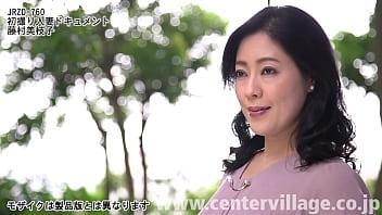 優しい微笑みと年齢以上に落ち着いた上品でたおやかな所作に清楚さを感じさせる黒髪美人の奥様。藤村美枝子さん46歳、専業主婦。結婚18年目になる二児の母。