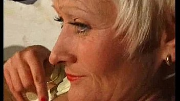 Mature en Bas avec de la Chatte Grise Cheveux se Propage et Joue