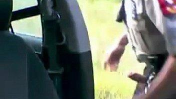 Policial batendo uma (polisen onanerar)...