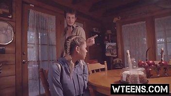 制服着たままのJKが二段ベッドでヤリチン男の体を丁寧に全身リップの校生系動画