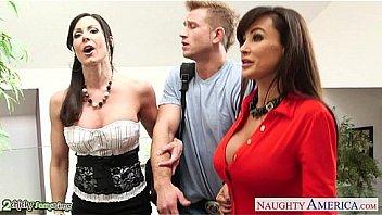 Busty babes Kendra Lust et Lisa Ann baise en trio
