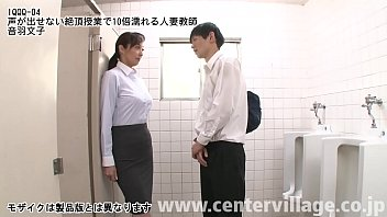 女教師の文子と教え子のタキは秘密の関係を楽しんでいた。だが最近、思春期真っ盛りで性への好奇心は天井知らずのタキはさらなる刺激を求めて学校内でも関係を求めるようになっていた。