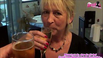 Deutsche Pipi trink spiele mit versauter Mutter