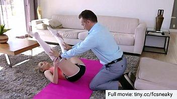 Papà aiuta sua figlia a esercitarsi