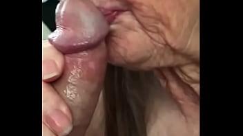 Abuela hace oral y se le vienen en la boca