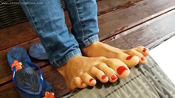 Watch Sexy teen with long toes showing her feet at the beach preview