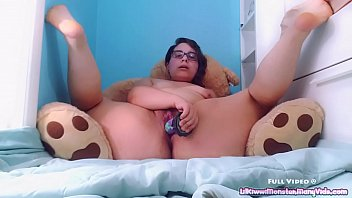 Fat girl using a dildo Thumbnail