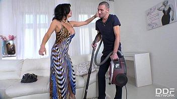 富家女正直青春性欲旺盛勾引自己家里的男佣人来做爱