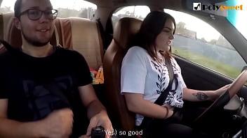 Девушка болтает и мастурбирует в машине за рулем публично - сперма в конце