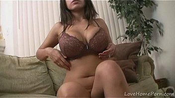 Mesmeric busty chick spreads legs and masturbates