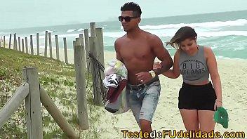 Gatinha da praia pagando boquete