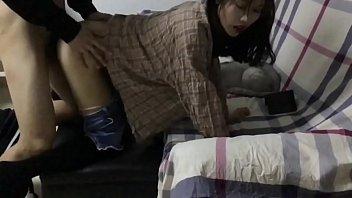 在家里沙发上后入骚货女友,叫声很淫荡