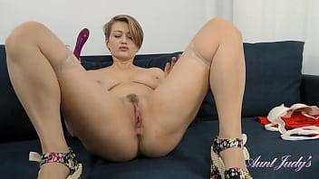 Sexy 40yo Euro-MILF Yulenka gets off with her vibrator