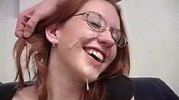 Esta pelirroja quiere leche en sus gafas