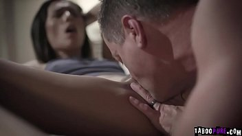 Eric Masterson goes down and eats Jaye Summers wet pussy upon entering her room Thumbnail
