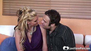 Une milf blonde aux gros seins montre ses talents de suceuse avant qu'elle ne soit pénétrée.