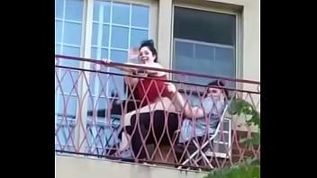 Pillados en el balcón, público