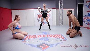 Bella Rossi nue dans une bataille de lutte nue contre Mickey Mod fait face à ce perdant