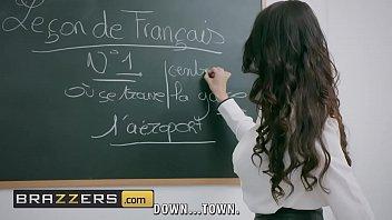 Un enseignant est baisee par...