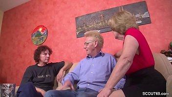 Alter Sack fickt seine Oma Ehefrau und ihre Stief Schwester zusammen im FFM Dreier - German Granny