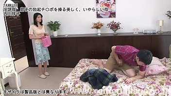 ある日、母・祥子が洗濯物を集めようと息子の部屋のドアを開けると、息子はベッドの上でオナニーの真っ最中で、勃起したチンポをシゴいていた…。