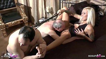 Deutsche Dominas Anni Angel und Lou Jaxx lassen sich von alten Sack die Fotze auslecken in BDSM Sess
