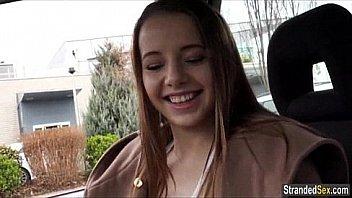 Adolescent Olivia accepte de baiser pour de free ride