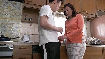 夫が出張に出ている二週間、和美は娘夫婦の家で世話になっていた。しばらくは楽しく生活していたがある時、娘夫婦が自分に気を使って夜の営みを遠慮していることに気づく。