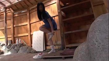 体操部の女子小学生が変態おやじの顔を生足で踏みつけるエッチなマッサージの美少女動画