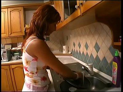 Мамашка пососала на кухне и подставила свою волосатую киску