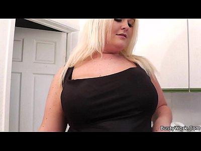 Большие груди огромной женщины в порно выебал блондинку