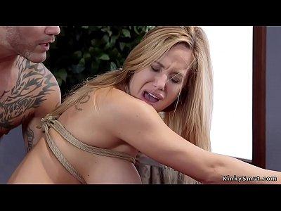 Связал телку веревками и доминирует над ней в БДСМ порнухе