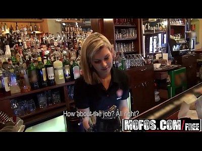 Порно блондинки, самые откровенные ролики - девушка отдалась парню в баре