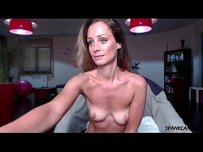 Зрелая женщина мастурбирует клитор огромным вибратором