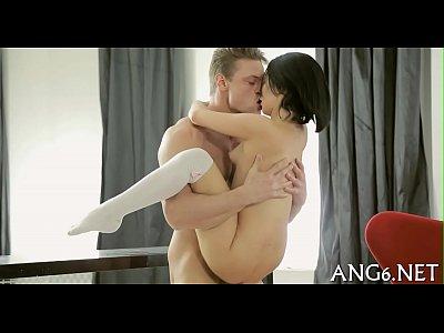 Порно с молодой брюнеткой дома, трахает ее на руках