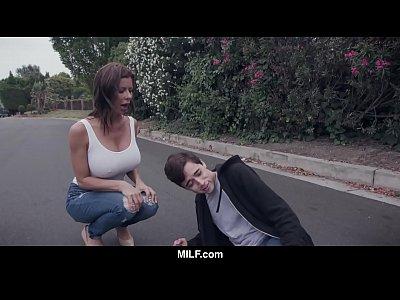 Ебарь молодой парень, а она просто находка с ее автомобилем