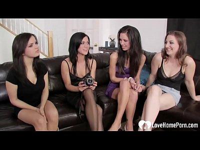 Четыре лесбиянки устроили дома оргию