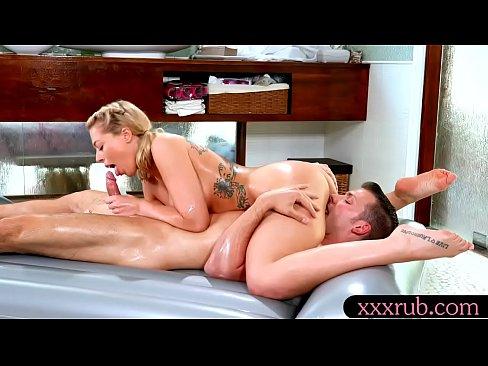 Caliente rubia masajista Zoey Monroe recibe su dulce cono clavado por su cliente despues de darle un relajante masaje nuru