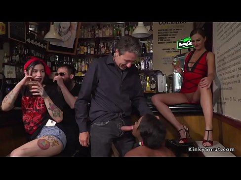 Ebano slave fisting in un bar pieno di gente