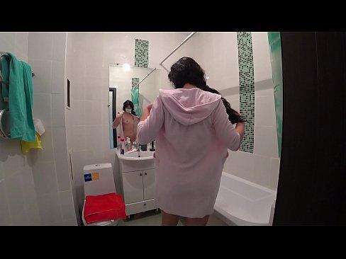 Milf gefickt Tochter im Badezimmer, anal-sex mit sexuellen Hintern.