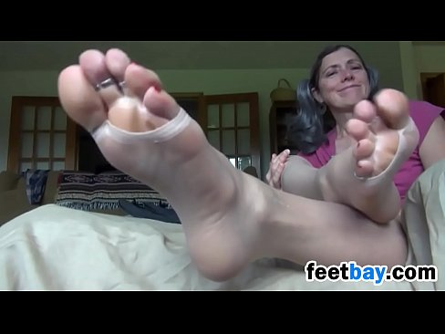 beautiful granny teases her feet close up - xnxx