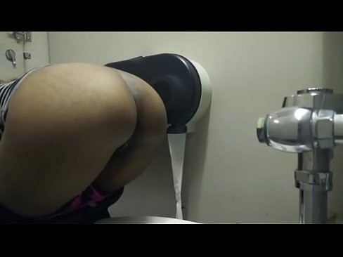 Black woman pissing in toilet, rica negra meando