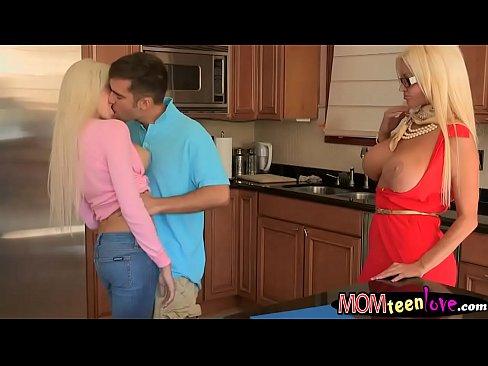 Enormi battenti blondie ladies Rikki Sei e Nikita Von James condiviso un cazzo duro nel soggiorno