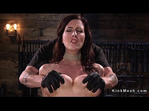 Naturale tette enormi bruna slave bondage ottiene capezzoli bloccato e si diresse